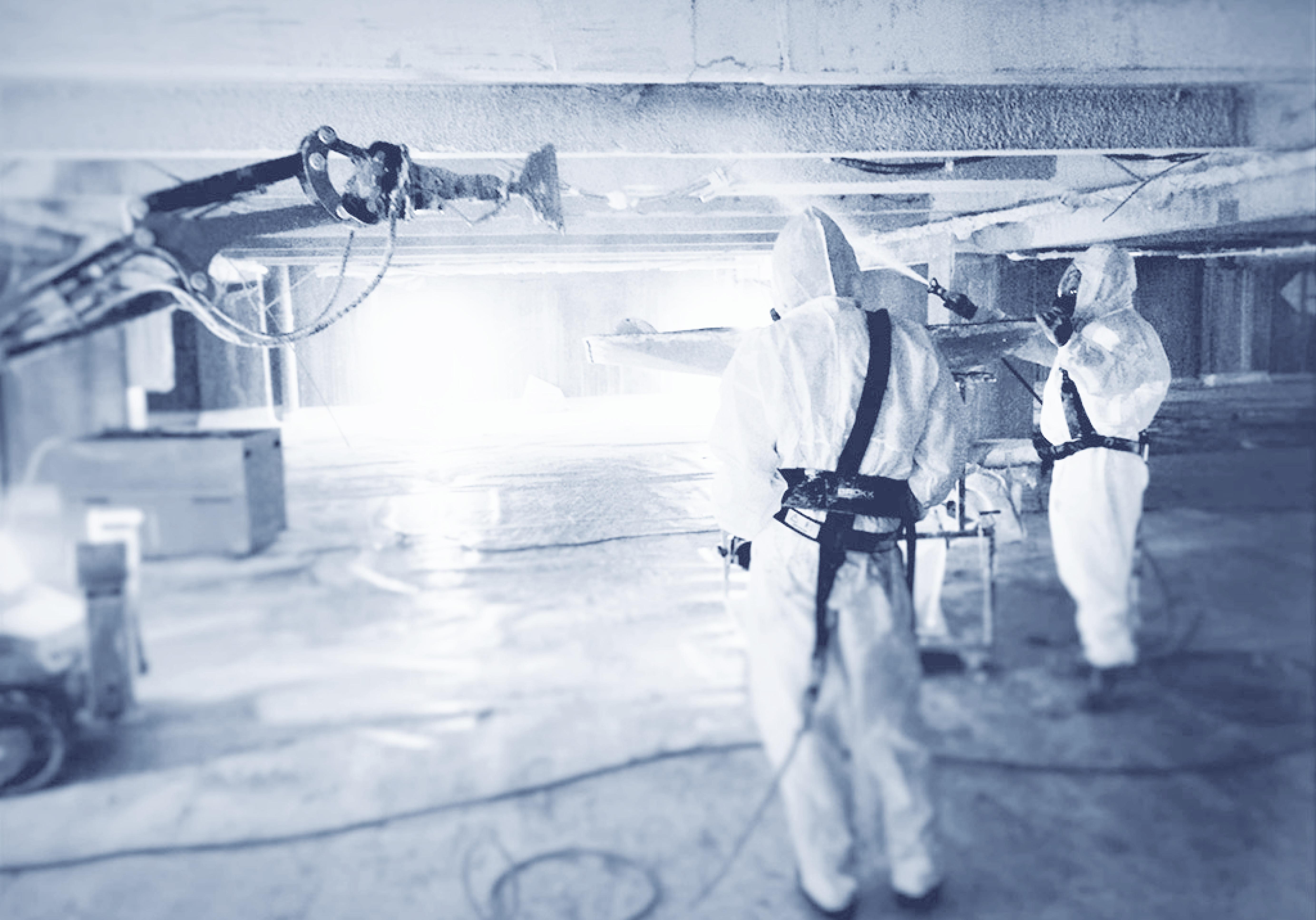 Photo de travailleurs en combinaison lors de l'extraction d'amiante