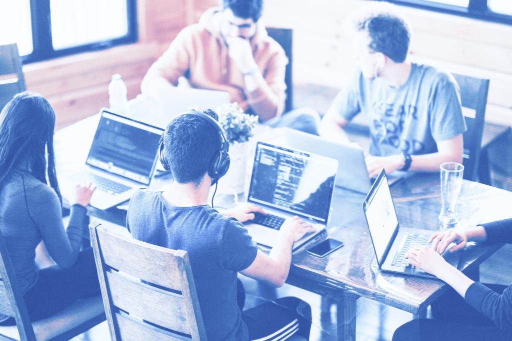 Photo d'un groupe de développeurs web dans un bureau